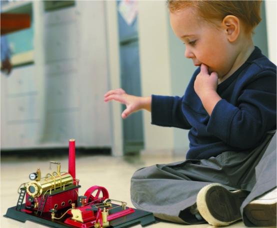 Kind mit Dampfmaschine
